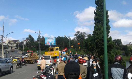 Xe tải lao thẳng xuống hồ Xuân Hương như phim - Ảnh 4.