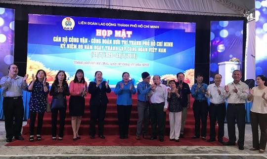 Họp mặt, trao kỷ niệm chương cho cán bộ Công đoàn - Ảnh 1.