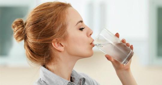 Lý do nên uống nước ấm ngay sau khi thức dậy - Ảnh 1.