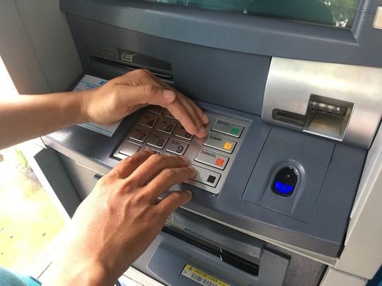 Ngân hàng Nhà nước yêu cầu giảm hạn mức rút tiền qua ATM vào đêm khuya - Ảnh 1.