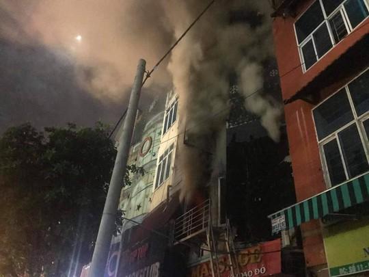 Cháy quán karaoke 5 tầng, nhân viên và khách hô hoán chạy tán loạn - Ảnh 2.