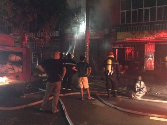 Cháy quán karaoke 5 tầng, nhân viên và khách hô hoán chạy tán loạn - Ảnh 4.