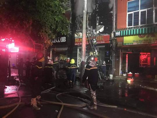 Cháy quán karaoke 5 tầng, nhân viên và khách hô hoán chạy tán loạn - Ảnh 1.