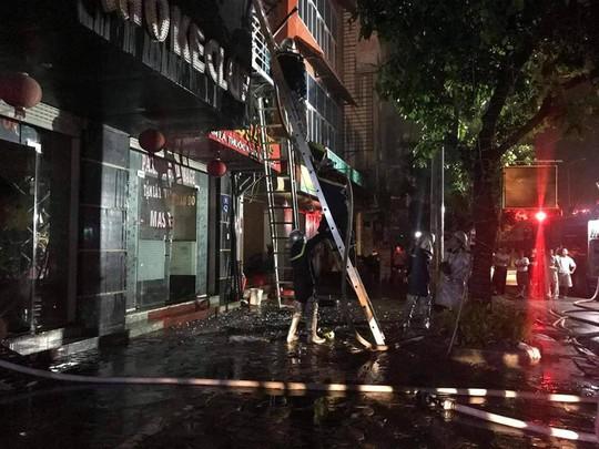 Cháy quán karaoke 5 tầng, nhân viên và khách hô hoán chạy tán loạn - Ảnh 6.