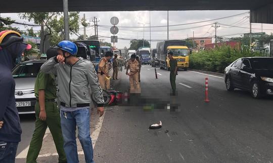 Người đàn ông chạy xe biển số Nghệ An tử nạn dưới cầu vượt Gò Dưa - Ảnh 1.