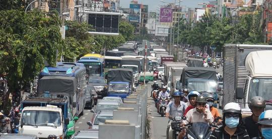 Quá tải cấp phù hiệu xe tải, nhiều chủ xe bị xử phạt - Ảnh 1.