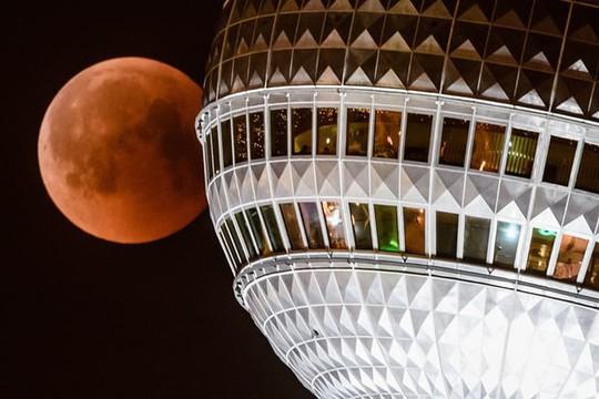 Cận cảnh trăng máu kỳ ảo - nguyệt thực dài nhất thế kỷ - Ảnh 6.