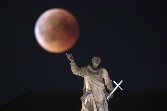 Cận cảnh trăng máu kỳ ảo - nguyệt thực dài nhất thế kỷ - Ảnh 2.