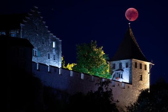 Cận cảnh trăng máu kỳ ảo - nguyệt thực dài nhất thế kỷ - Ảnh 1.