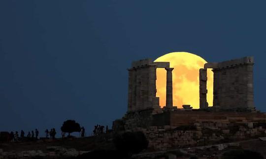 Cận cảnh trăng máu kỳ ảo - nguyệt thực dài nhất thế kỷ - Ảnh 9.