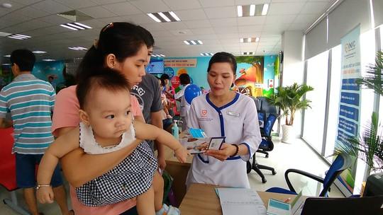 Trẻ hưởng lợi khi đi tiêm chủng vắc xin - Ảnh 2.