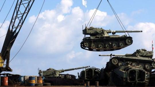 Lebanon dìm 10 xe tăng xuống biển, chĩa nòng súng về phía Israel - Ảnh 1.
