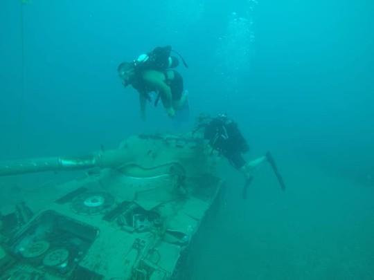 Lebanon dìm 10 xe tăng xuống biển, chĩa nòng súng về phía Israel - Ảnh 2.