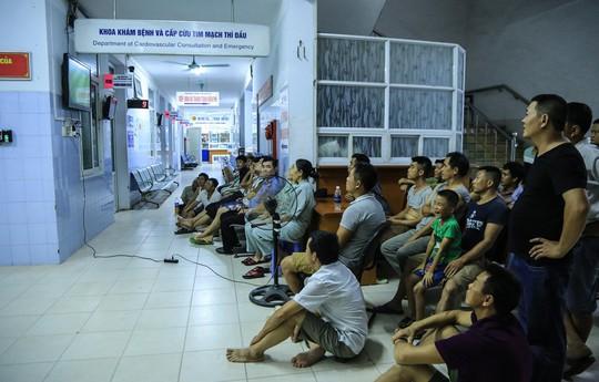 Cận cảnh bệnh nhân, người nhà xem World Cup trong bệnh viện - Ảnh 1.