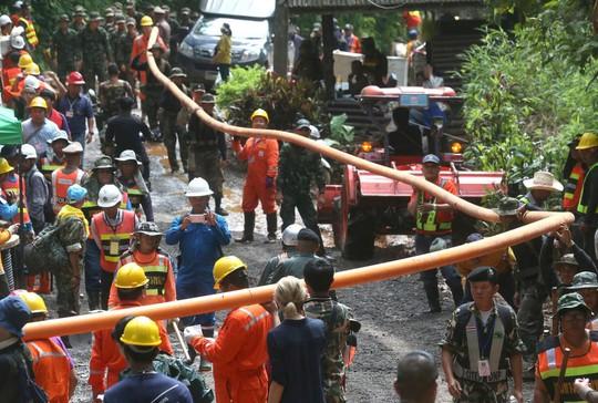 Giải cứu đội bóng mắc kẹt: Tình nguyện viên bơm nhầm nước vào hang - Ảnh 2.