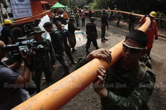 Giải cứu đội bóng mắc kẹt: Tình nguyện viên bơm nhầm nước vào hang