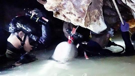 Giải cứu đội bóng mắc kẹt: Tình nguyện viên bơm nhầm nước vào hang - Ảnh 3.