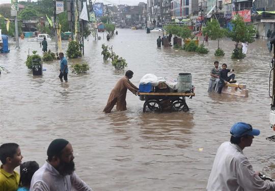Pakistan: Mưa lớn nhất trong 38 năm, 2 hố tử thần khổng lồ há mồm - Ảnh 5.