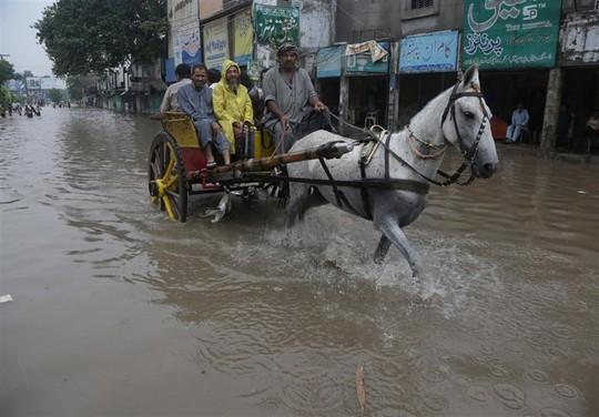 Pakistan: Mưa lớn nhất trong 38 năm, 2 hố tử thần khổng lồ há mồm - Ảnh 4.