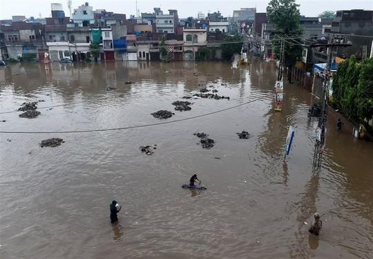 Pakistan: Mưa lớn nhất trong 38 năm, 2 hố tử thần khổng lồ há mồm - Ảnh 3.