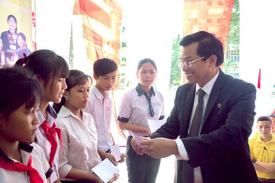"""Nam A Bank """"Nâng bước đến trường - Thắp sáng tương lai"""" cho HS-SV dân tộc thiểu số tại Đồng Nai - Ảnh 2."""