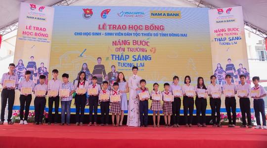 """Nam A Bank """"Nâng bước đến trường - Thắp sáng tương lai"""" cho HS-SV dân tộc thiểu số tại Đồng Nai - Ảnh 3."""