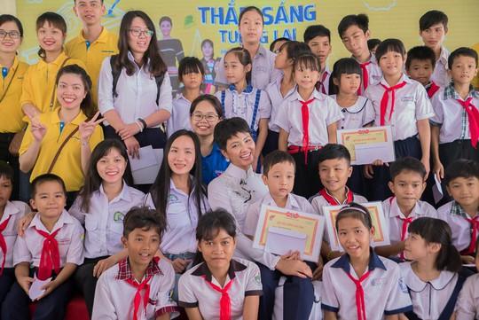 """Nam A Bank """"Nâng bước đến trường - Thắp sáng tương lai"""" cho HS-SV dân tộc thiểu số tại Đồng Nai - Ảnh 4."""