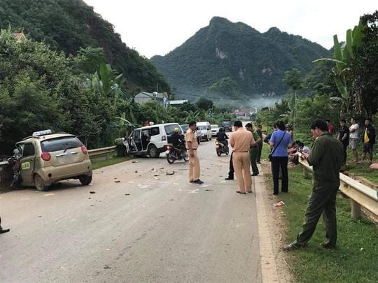 Xe taxi đấu đầu xe cứu thương chở bệnh nhân cấp cứu, tài xế taxi tử vong - Ảnh 1.