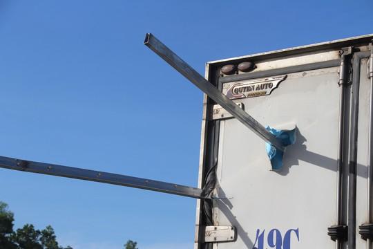 Xe đông lạnh tông vào rào chắn công trình, 2 người thương vong - Ảnh 3.