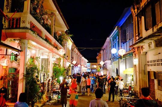 Vì sao đảo Phuket thu hút du khách quốc tế? - Ảnh 13.