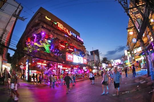 Vì sao đảo Phuket thu hút du khách quốc tế? - Ảnh 9.