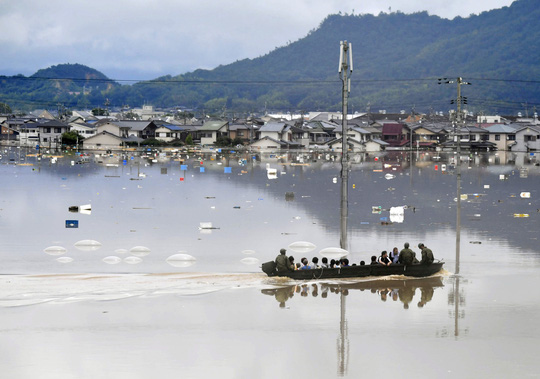 Nhật Bản: Mưa gió tới mức cuốn người trên cầu rơi xuống sông chết đuối - Ảnh 5.
