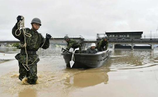 Nhật Bản: Mưa gió tới mức cuốn người trên cầu rơi xuống sông chết đuối - Ảnh 2.