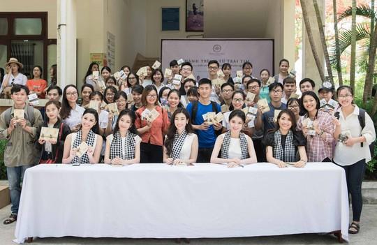 Dàn người đẹp hoa hậu xúc động tặng sách cho sinh viên Đà Nẵng - Ảnh 3.
