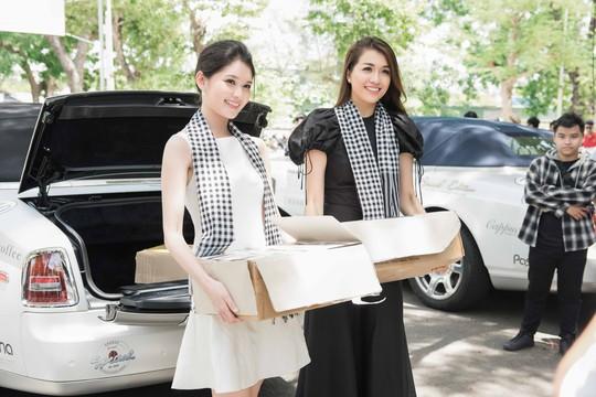 Dàn người đẹp hoa hậu xúc động tặng sách cho sinh viên Đà Nẵng - Ảnh 1.