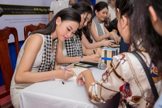 Dàn người đẹp hoa hậu xúc động tặng sách cho sinh viên Đà Nẵng - Ảnh 2.