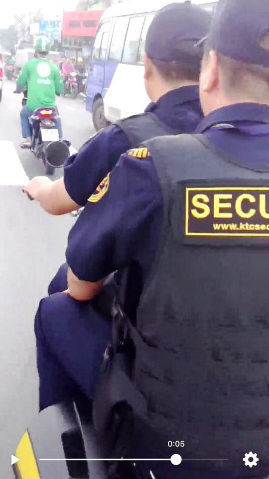 Bảo vệ giắt súng, không đội nón bảo hiểm… nghênh ngang trên đường - Ảnh 3.
