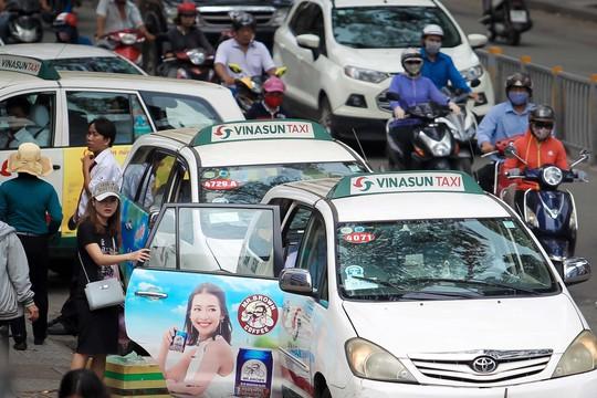 Taxi truyền thống lại đấu Grab - Ảnh 1.