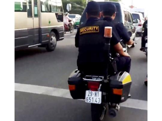 Nhân viên bảo vệ giắt súng nghênh ngang giữa phố - Ảnh 1.