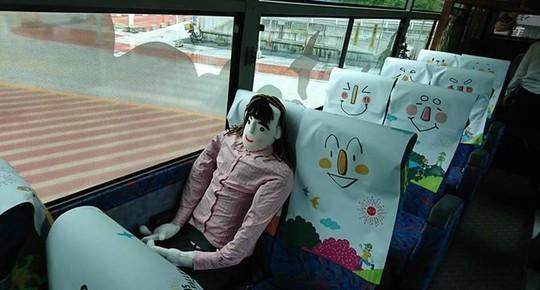 Độc đáo quán cà phê, xe buýt chống cô đơn - Ảnh 2.