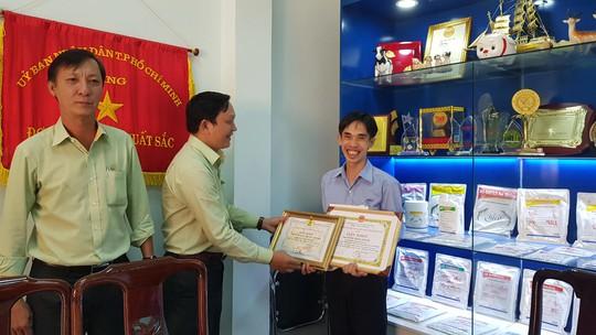 Khen thưởng thầy giáo Bio Hoàng Trọng Khánh - Ảnh 1.