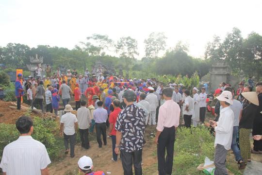 Vợ chồng nạn nhân được chôn cất tại nghĩa trang địa phương cách nhà khoảng 3 km (Hà Phong)
