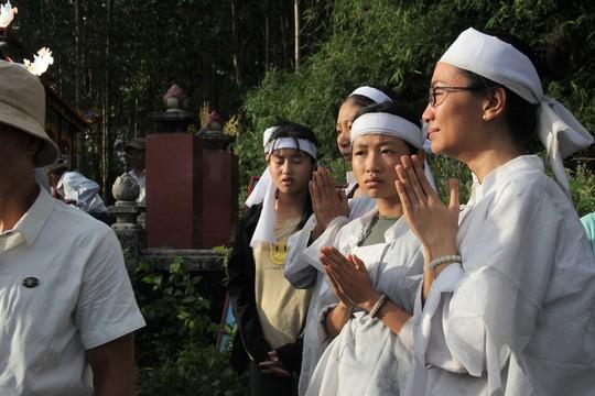 Con gái đầu của vợ chồng nạn nhân khóc ngất trong ngày đưa tang (Hà Phong)