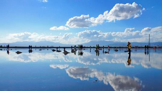 Khách Trung Quốc tàn phá tấm gương của bầu trời - Ảnh 1.
