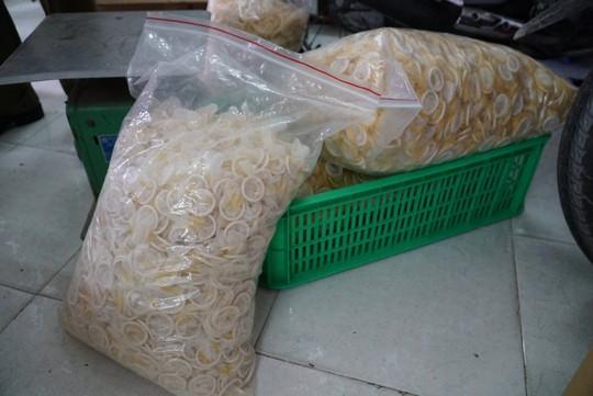 Ớn lạnh quy trình sản xuất bao cao su giả ở TP HCM - Ảnh 2.