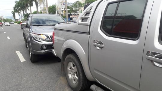 Tránh cô gái ngã xuống đường, xe tải và 2 ô tô va chạm liên hoàn - Ảnh 1.