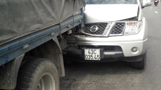 Tránh cô gái ngã xuống đường, xe tải và 2 ô tô va chạm liên hoàn - Ảnh 2.