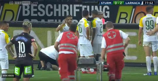 Trọng tài biên Europa League bị ném vỡ đầu, chảy máu bê bết - Ảnh 2.