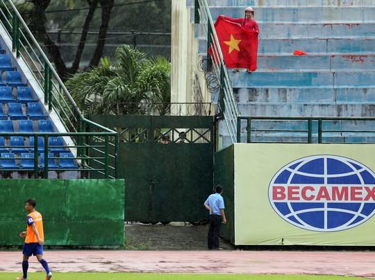 Clip: CĐV Bình Dương đội mưa xem buổi tập cuối của Olympic Việt Nam - Ảnh 5.
