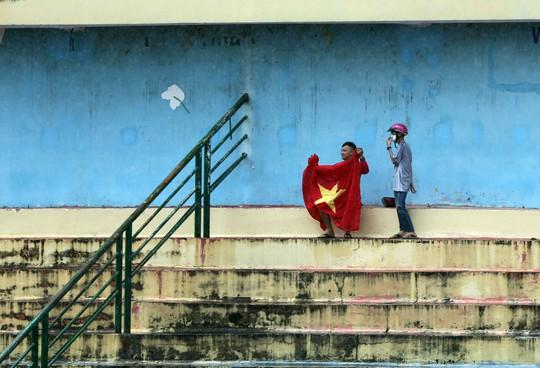 Clip: CĐV Bình Dương đội mưa xem buổi tập cuối của Olympic Việt Nam - Ảnh 4.